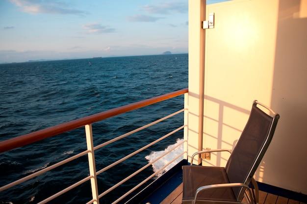 Stoel op het dek van cruiseschip silver shadow, oost-chinese zee