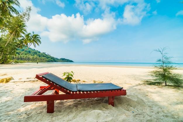 Stoel op het prachtige tropische strand en de zee