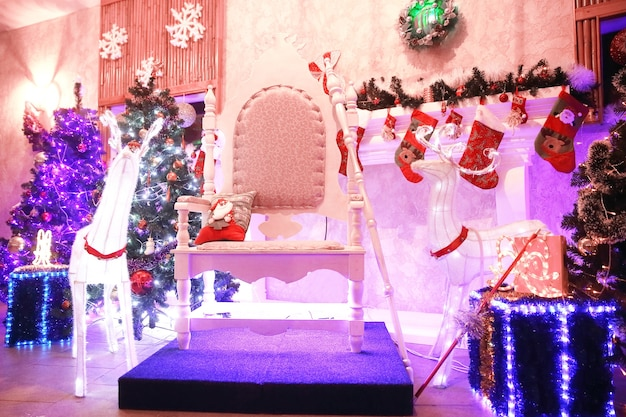 Stoel voor de kerstman in de feestelijke woonkamer. vakantie concept