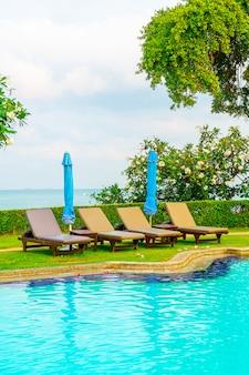 Stoel zwembad en parasol rond zwembad met zee