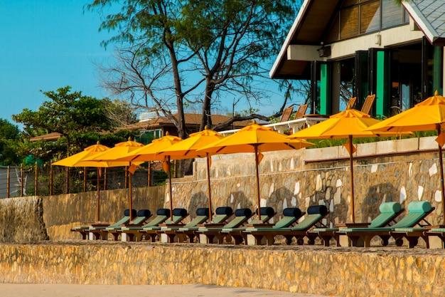 Stoelen en paraplu op prachtig tropisch strand in hua hin, thailand