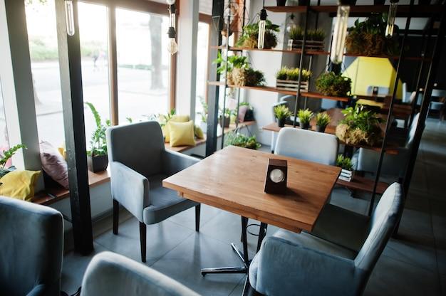 Stoelen en tafel in modern café interieur.
