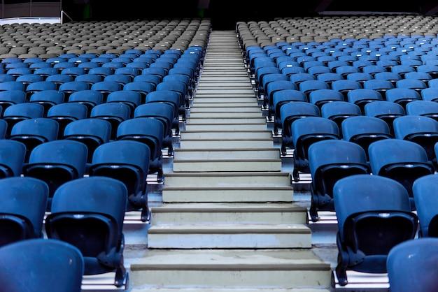 Stoelen in het stadion voor toeschouwers die zich op een rij bevinden