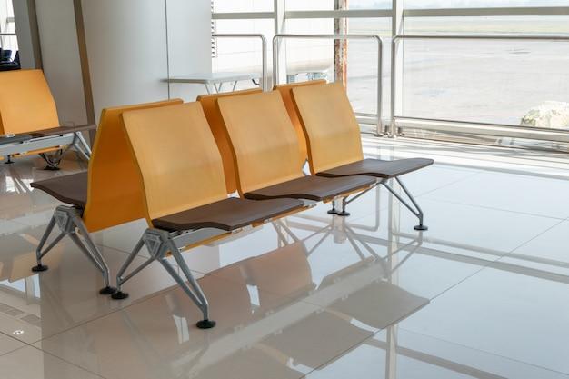 Stoelen met glazen raam aan de terminalpoort