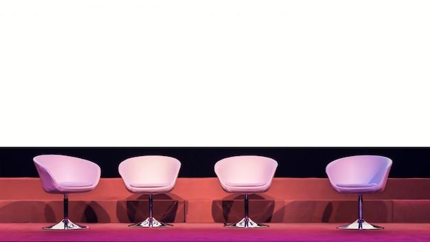Stoelen op stadium in conferentiezaal bij bedrijfsgebeurtenis of seminarievergadering, bedrijfs en onderwijsconcept