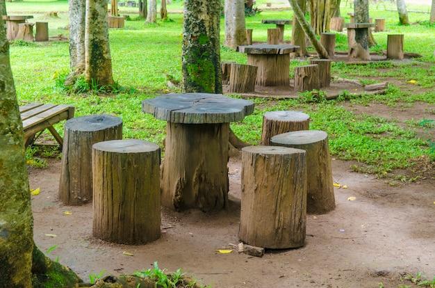 Stoelen zitplaatsen in het park, tuinmeubelen gemaakt van houten log