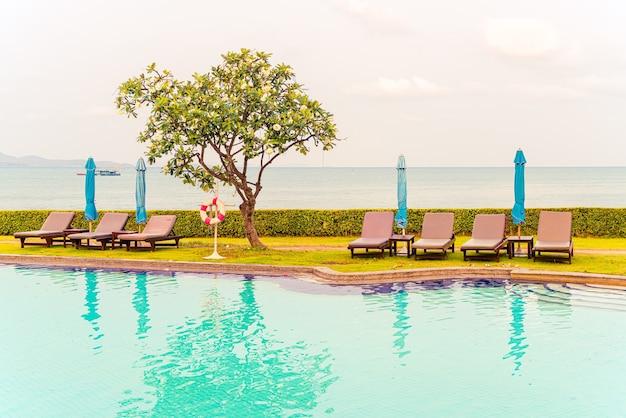 Stoelenbad of bedbad met parasol rondom zwembad