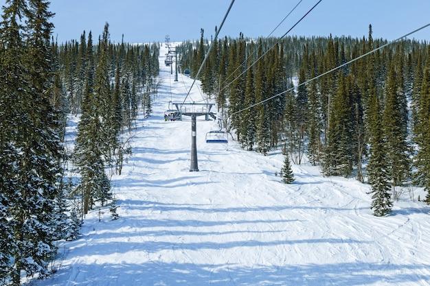 Stoeltjeslift in skigebied sheregesh. siberië, rusland. winterlandschap op berg.