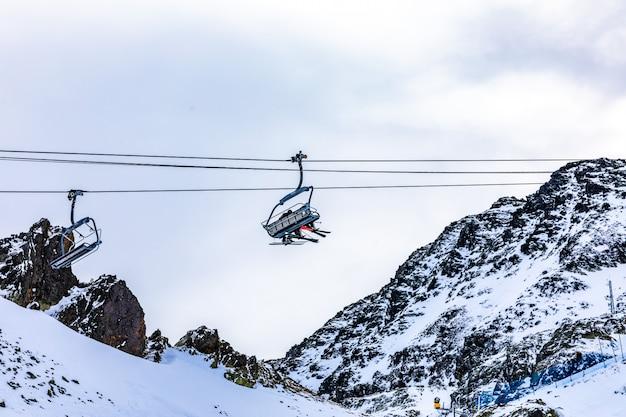 Stoeltjesliften van een skihelling