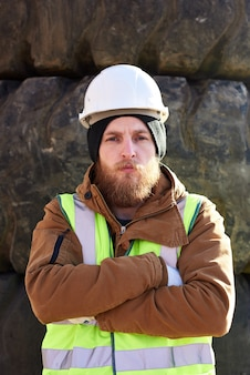 Stoere industriële werknemer buitenshuis