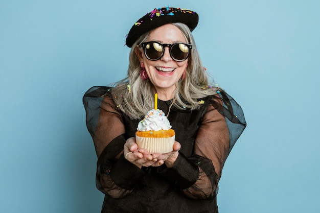 Stoere oma viert haar verjaardag met een cupcake