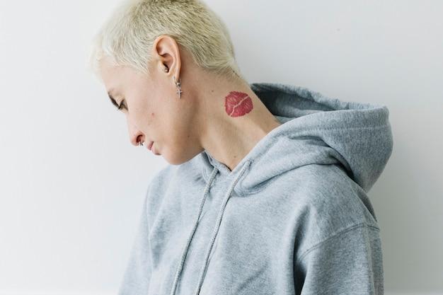 Stoere vrouw in een grijze hoodie