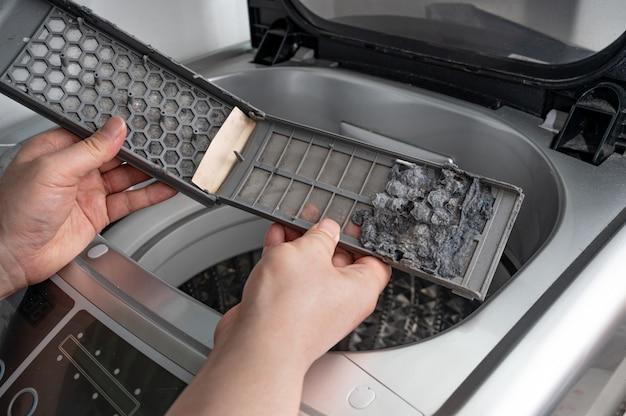 Stof en vuil blijven achter in het filter van de wasmachine.
