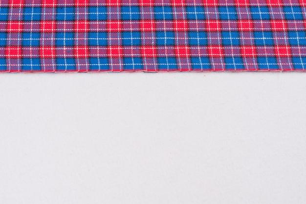 Stof in kooi met rood blauw, textuur, achtergrond, patroon.