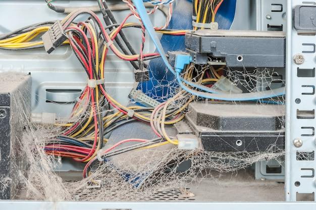 Stof in pc. de computer moet worden gerepareerd. reparatie onderdelen en schoonmaken.