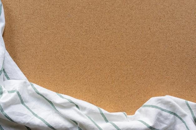 Stoffentafelkleed op bruine uitstekende cork houten textuurachtergrond