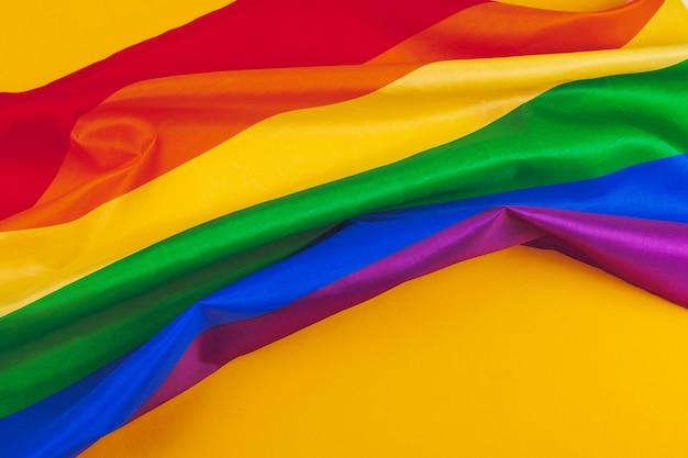 Stoffentextuur van vrolijke dichte omhooggaand van de regenboogvlag