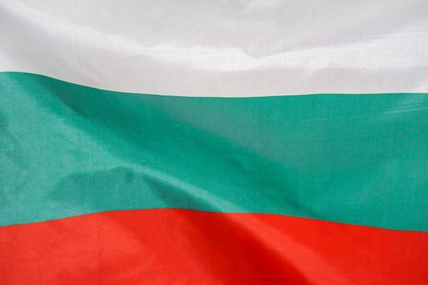 Stoffentextuurvlag van bulgarije. vlag van bulgarije wappert in de wind