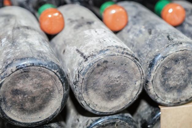 Stoffige flessentijd in de ondergrondse wijnkelder