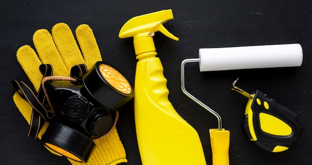 Stofmasker en gele reparatiegereedschapset