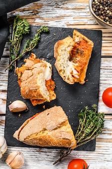 Stokbrood gevuld met aubergines, tomaten en kaas