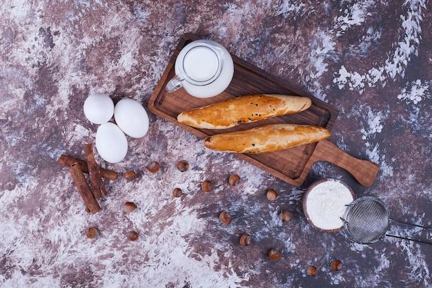 Stokbrood in een houten schotel met ingrediënten opzij, bovenaanzicht. hoge kwaliteit foto