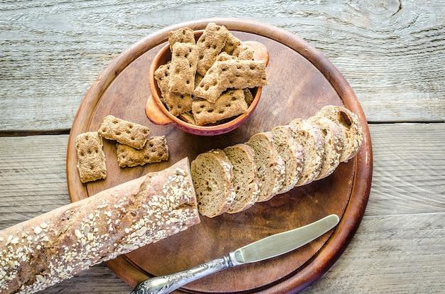 Stokbrood met chips op houten dienblad