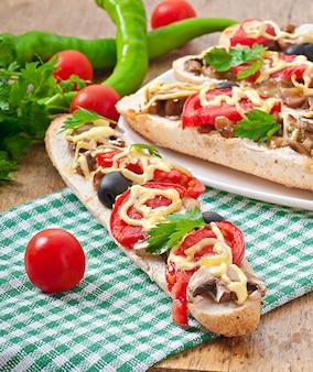 Stokbroodje gevuld met kalfsvlees en champignons met tomaten en kaas