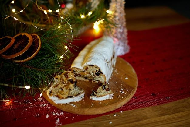 Stollen duits kerstbrood, kerststol op houten achtergrond