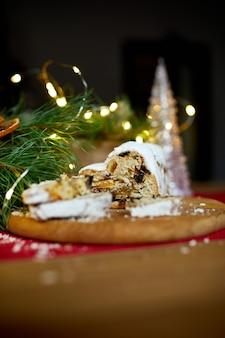 Stollen duits kerstbrood, kerststol op houten ondergrond, traditioneel feestelijk gebakdessert.