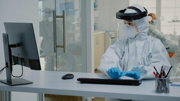 Stomatologie-assistent aan het werk aan de balie voor tandverzorging voor patiënten