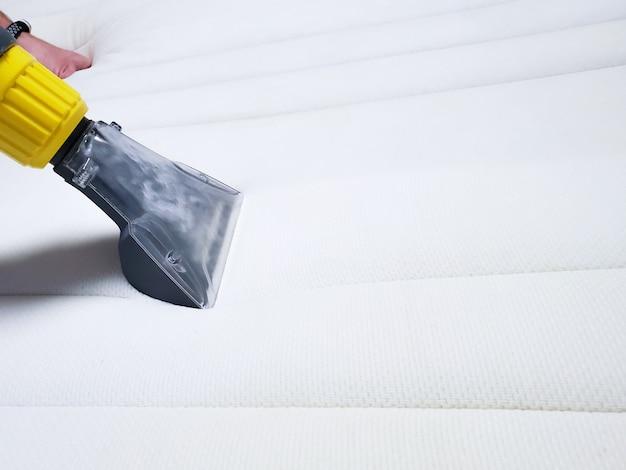 Stomerij van de witte matras op het bed.