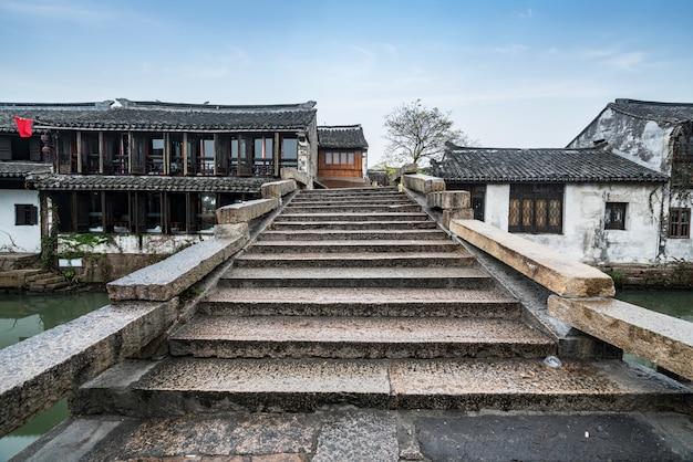 Stone bridge is in de oude stad, de oude stad zhouzhuang, suzhou, china