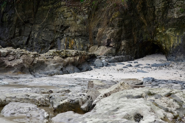 Stone grot in het strand