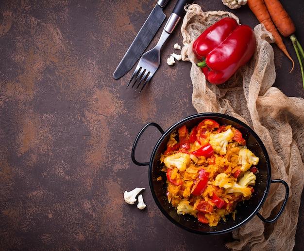 Stoof de groente in de pan. selectieve aandacht
