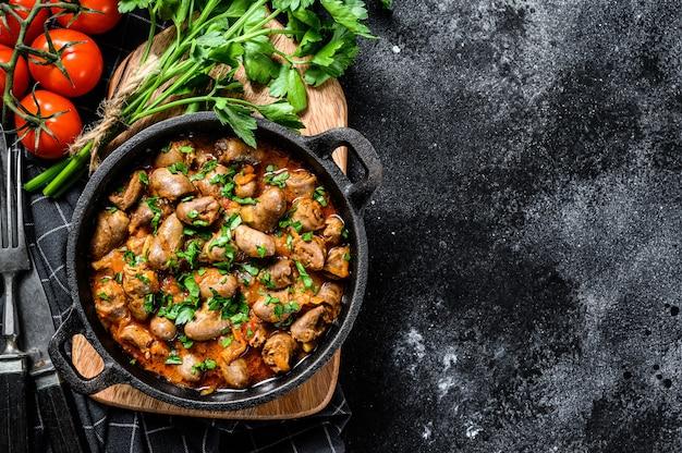 Stoofpotje met kippenhartjes en groenten met verse peterselie