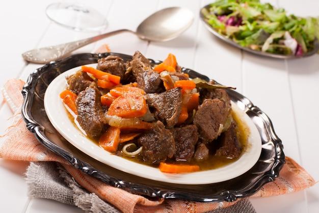 Stoofpotje met rundvlees en wortelen