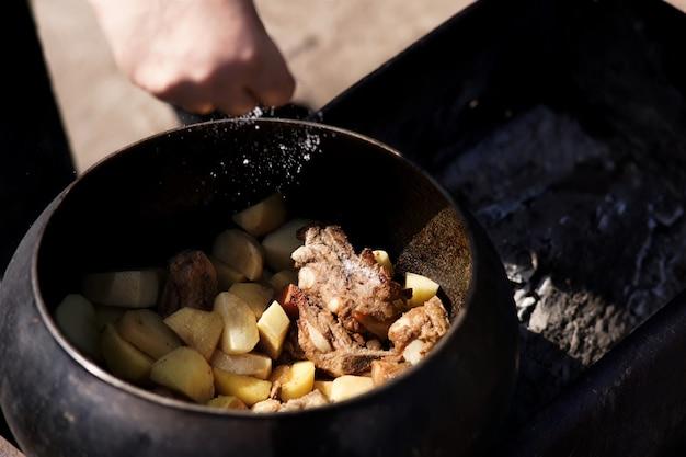 Stoofpotje met vlees in een pot