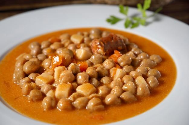 Stoofschotel met kikkererwten, cocido madrileño. met rundvlees, worst (chorizo), spek, wortel en brood.