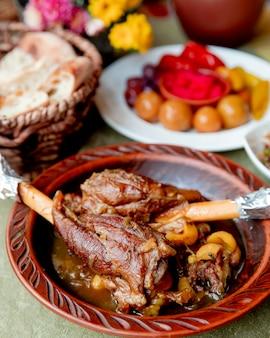 Stoofvlees geserveerd met brood en augurken