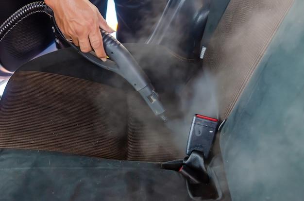 Stoom de autostoelen. gebruik stoom op hoge temperatuur om ziektekiemen te doden om schoon te maken.