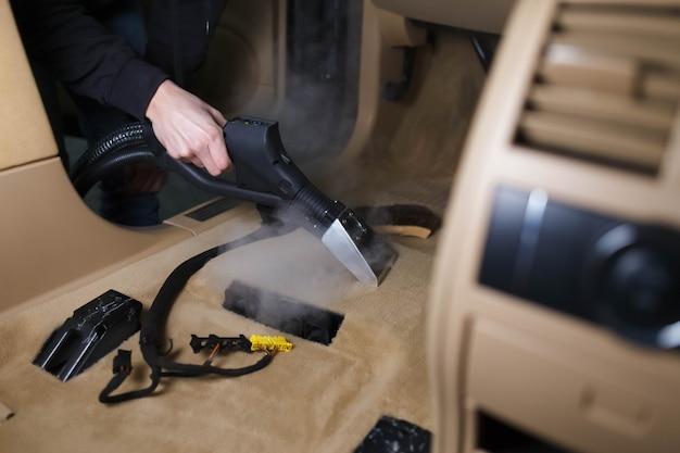 Stoom die een autovloer schoonmaakt