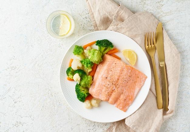 Stoom zalm en groenten, paleo, keto, fodmap, dash dieet. mediterraan dieet met gestoomde vis