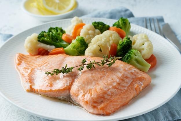 Stoom zalm en groenten, paleo, keto, fodmap, dash dieet. mediterraans eten met vis