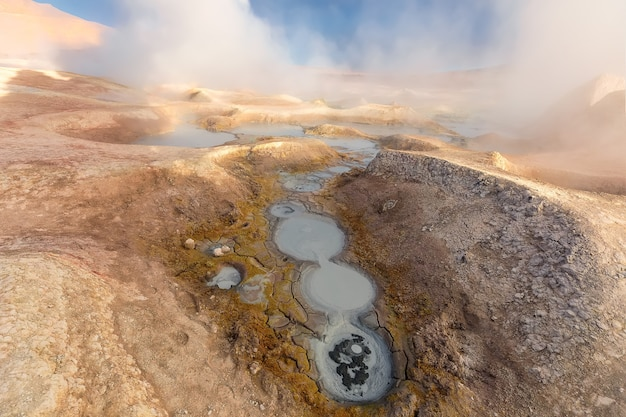 Stoombad en rook in sol de manana bij zonsopgang. geothermisch gebied in bolivia. zuid-amerika