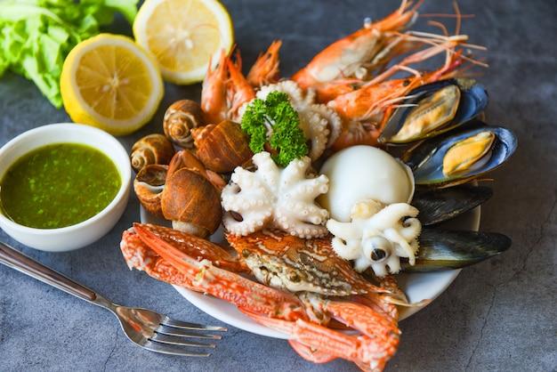 Stoomboot eten geserveerd zeevruchten buffet concept.