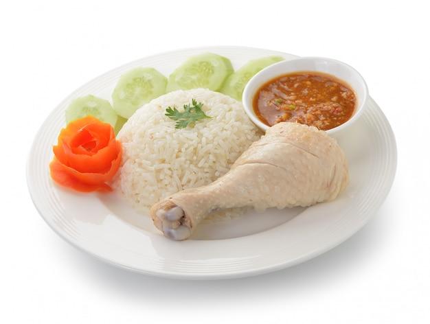 Stoomkip met rijst op geïsoleerd wit