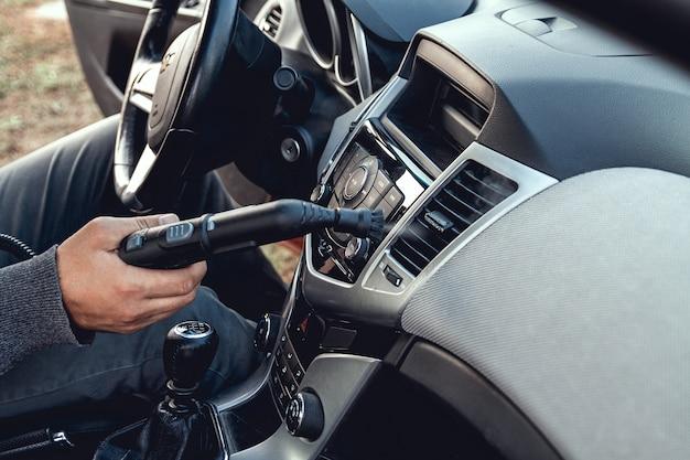 Stoomreiniging en desinfectie van het auto-interieur
