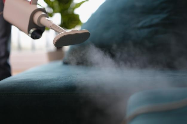 Stoomstofzuiger voor het reinigen van stoffen meubels close-up