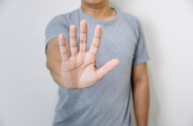 Stop concept een man met hand maken